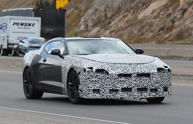 Novo Chevrolet Camaro flagrado em testes (Foto: Automedia)