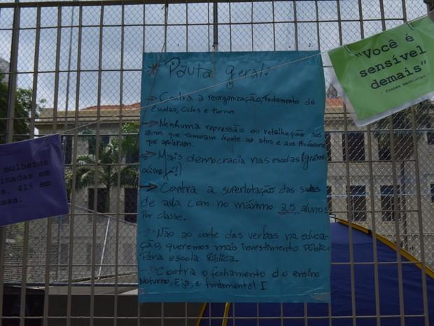 Cartaz na ocupação da Escola Estadual Carlos Gomes em Campinas (SP) (Foto: Marina Ortiz/ G1)