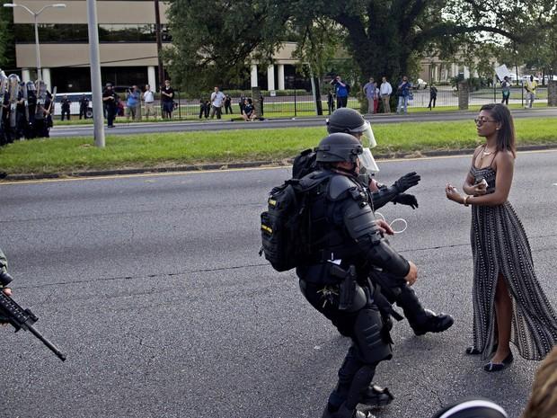 Ieshia Evans, enfermeira de 35 anos e mãe de um filho, passou a noite na prisão  (Foto: Max Becherer/AP)