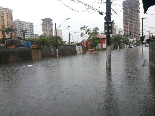 Com a chuva, ruas viraram rios em Belém. (Foto: Izabel Colares/ Arquivo pessoal)