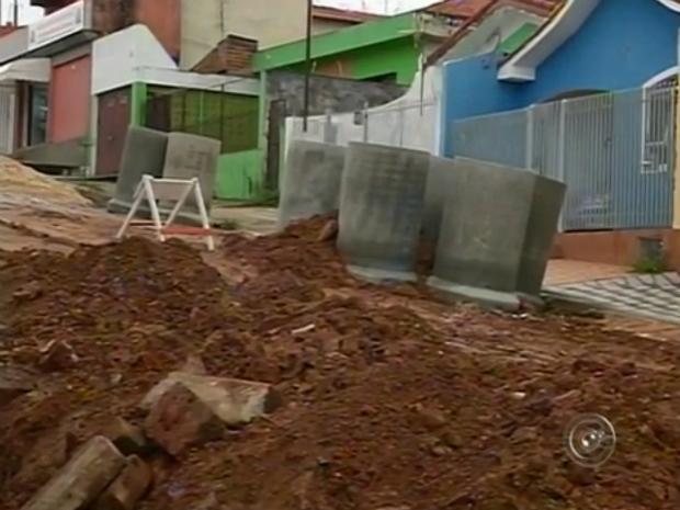 Moradores sofrem com obras realizadas na Vila Aparecida, em Itapeva (Foto: Reprodução/TV TEM)