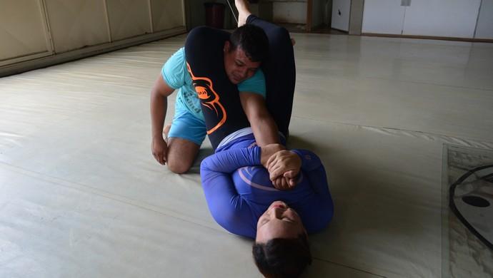 Participante de grupo imobiliza homem em treino (Foto: Jheniffer Núbia/ GloboEsporte.com)