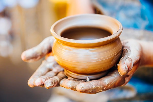 Pottery Craft Ceramic Clay In Potter Human Hand. Toned Instant Photo (Foto: Getty Images/iStockphoto)
