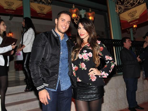 Ex-BBB Jaque Khury com o marido, Rafael Melo, em restaurante em São Paulo (Foto: Cláudio Augusto/ Foto Rio News)