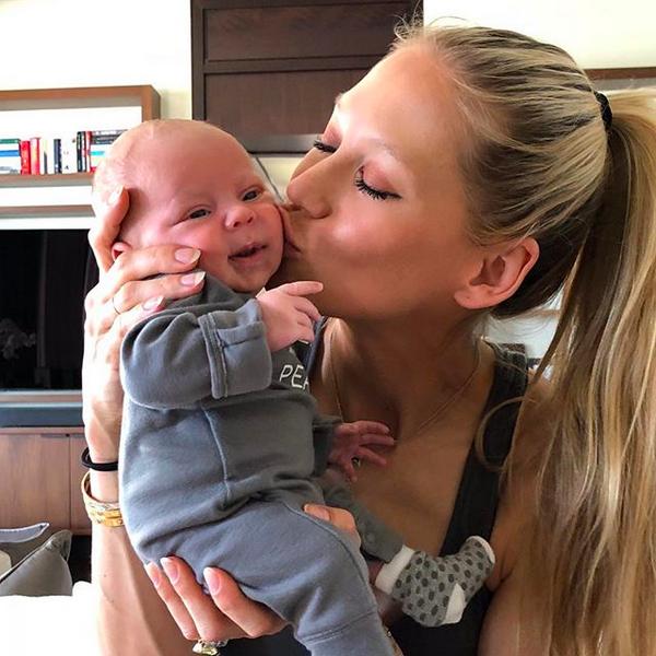 A ex-tenista Anna Kournikova com um de seus gêmeos recém-nascidos (Foto: Instagram)