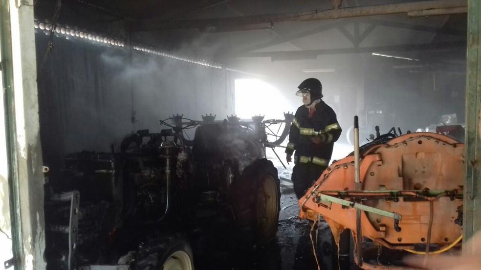 O incêndio destruiu alguns equipamentos que estavam no local  (Foto: Corpo de Bombeiros )