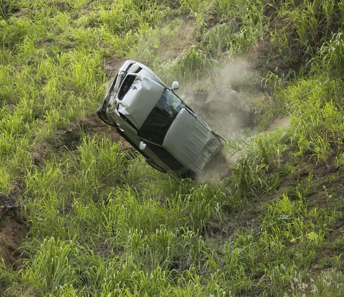 O carro de Emília cai em uma ribanceira (Foto: Raphael Dias/Gshow)