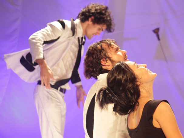 Ciro Sales, Kadu Veiga e Nadja Turenkko em cena de 'Nunca Nade Sozinho' (Foto: Divulgação)