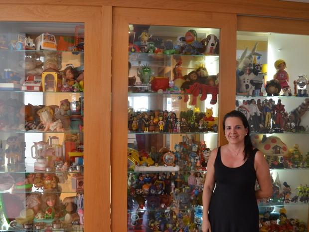 Sylvana coleciona brinquedos há cerca de 40 anos em São Carlos (Foto: Orlando Duarte Neto/G1)