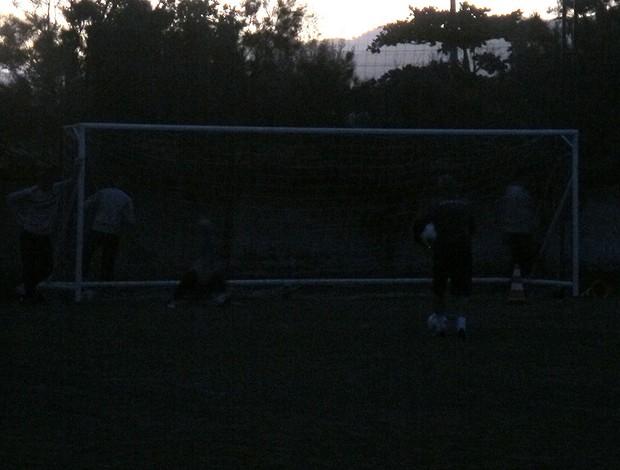 Goleiros treinam no escuro  (Foto: Thales Soares / Globoesporte.com)