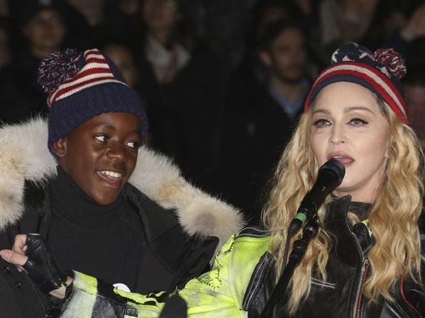 A cantora Madonna e o seu filho David Banda durante show supresa em parque de Nova York, na noite desta segunda-feira (7), em apoio a Hillary Clinton na eleição dos Estados Unidos (Foto: Greg Allen/Invision/AP)