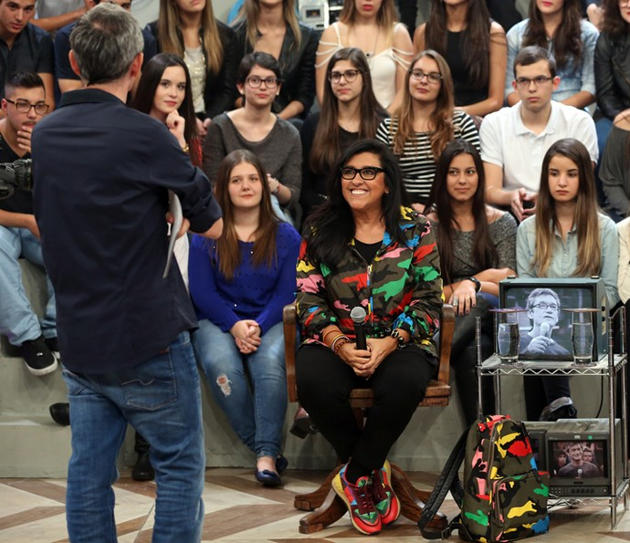 Serginho Gorisman entrevista Regina Casé no Altas Horas (Foto: Carol Caminha)