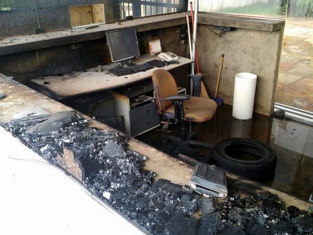 Guarita da Dedini queimada durante ato de funcionários em Piracicaba (Foto: Wesley Justino/EPTV)