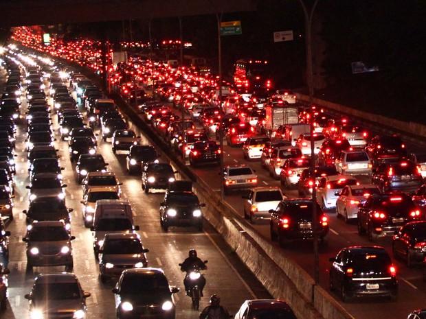 Trânsito na Avenida 23 de Maio após a forte chuva, no Paraíso, Zona Sul de São Paulo (SP), nesta sexta-feira (14) (Foto: RENATO S. CERQUEIRA/FUTURA PRESS/FUTURA PRESS/ESTADÃO CONTEÚDO)