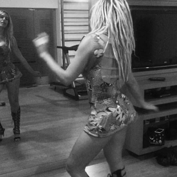 Fernanda Lacerda, a Mendigata, samba de vestido curtinho (Foto: Instagram/ Reprodução)