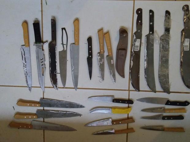 Facas foram apreendidas dentro da unidade após serem jogadas por cima de muro  (Foto: Divulgação/PM)