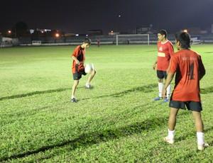 Nivaldo (com a bola) treina antes de enfrentar o Rolim de Moura (Foto: Hugo Crippa/GLOBOESPORTE.COM)
