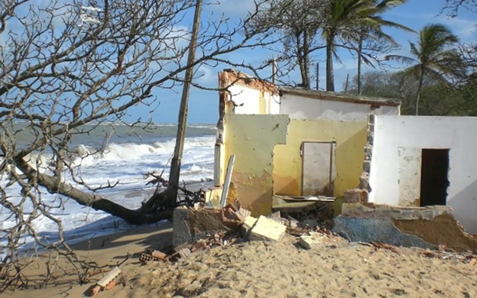 Erosão marinha causa derubada de imóveis na cidade de Mucuri, no sul da Bahia (Foto: Athylla Borboema/ Teixeira News)