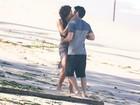 Guilherme Leicam e Vanessa Gerbelli se beijam em gravação de 'Malhação'