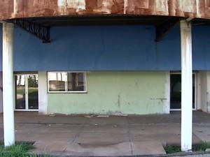 Paredes de ferro colocadas na fachada enferrujaram (Foto: Felipe Lazzaroto/ EPTV)
