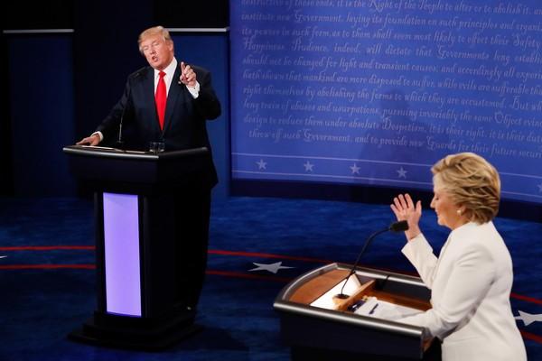 Hillary Clinton e Donald Trump em um debate durante a campanha eleitoral de 2016 (Foto: Getty Images)