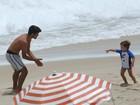 Felipe Simas se diverte com o filho e a família na praia