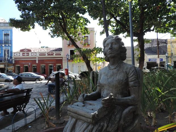 Casa em que Clarice Lispector morou na infância fica ao redor da praça Maciel Pinheiro, onde há uma estátua da escritora (Foto: Katherine Coutinho / G1)