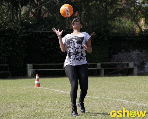 Tati Scarletti mostra habilidade com a bola (Foto: Raphael Dias/TV Globo)