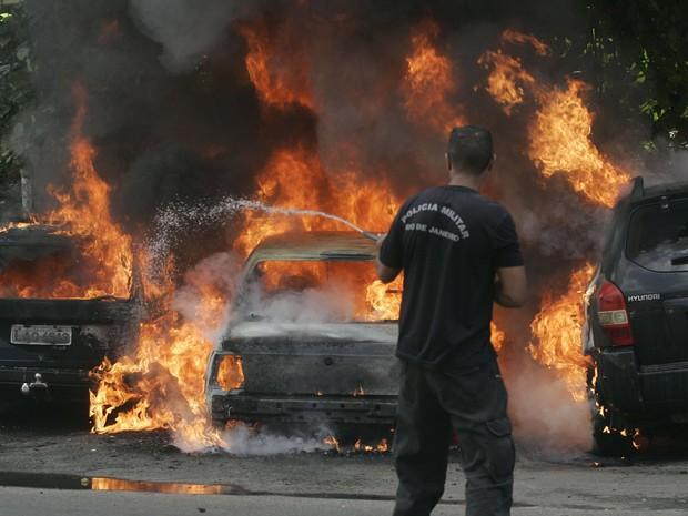 Três carros foram incendiados na avenida Itoca no Complexo do Alemão, no subúrbio do Rio de Janeiro, em protesto pela morte de Arlinda Bezerra de Assis, de 72 anos (Foto: Alessandro Costa/Agência O Dia/Estadão Conteúdo)