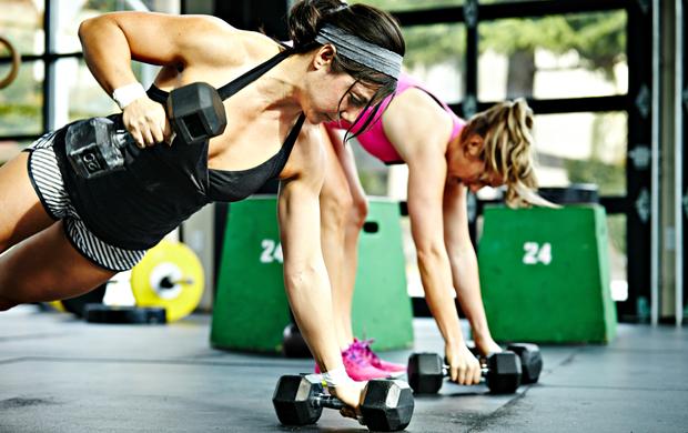 Mulheres malhando musculação euatleta (Foto: Getty Images)
