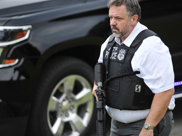 Um policial armado circula pelo complexo de cinemas Carmike Hickory 8, no subúrbio de Antioch, em Nashville, onde um homem foi morto após entrar atirando em uma sala, na quarta (5) (Foto: John Partipilo/The Tennessean via AP)