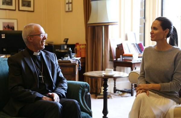 Angelina Jolie durante encontro com arcebispo da Igreja anglicana  (Foto: Reprodução Twitter)