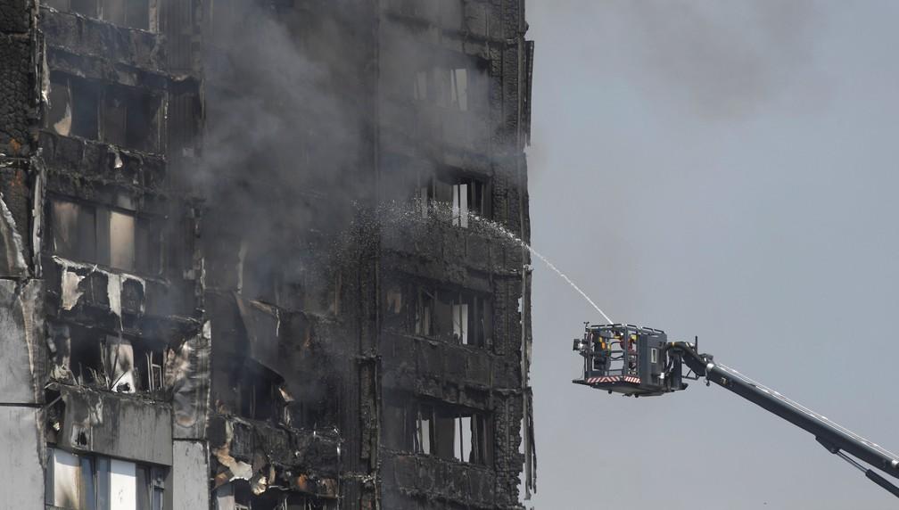 Bombeiros trabalham no combate ao fogo em prédio residencial em Londres (Foto: Toby Melville/Reuters)