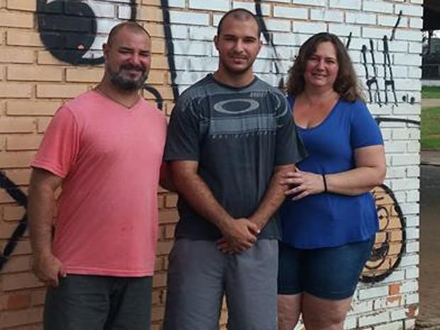 Alan Oliveira comemorou com os pais a aprovação em três universidades (Foto: Arquivo pessoal)