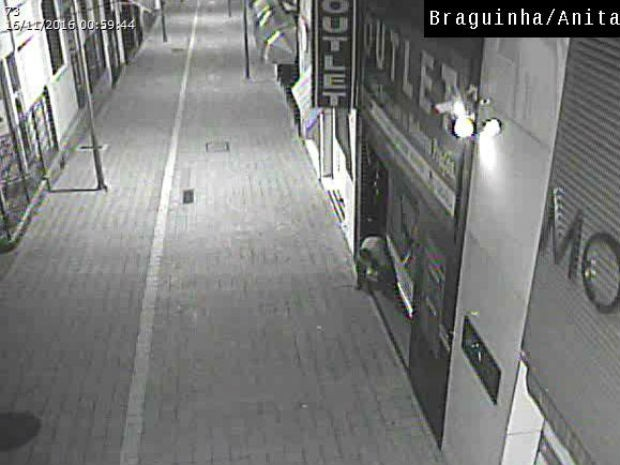 Homem forçou abertura da porta de uma loja no centro de Sorocaba (Foto: GCM/Divulgaçaõ)