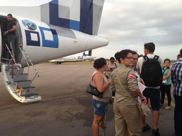 Passageiros aguardaram resposta da empresa do lado de fora da aeronave. (Foto: Erica Bernardo / Arquivo pessoal)