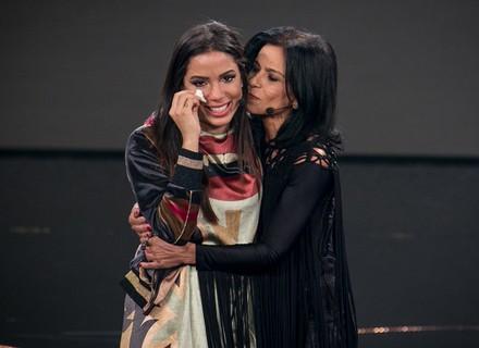 Anitta chora muito com show da sua mãe que a fez lembrar da avó no 'Tamanho Família'