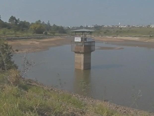 Represa da Cascata está bem abaixo do nível aceitável (Foto: Reprodução/TV TEM)