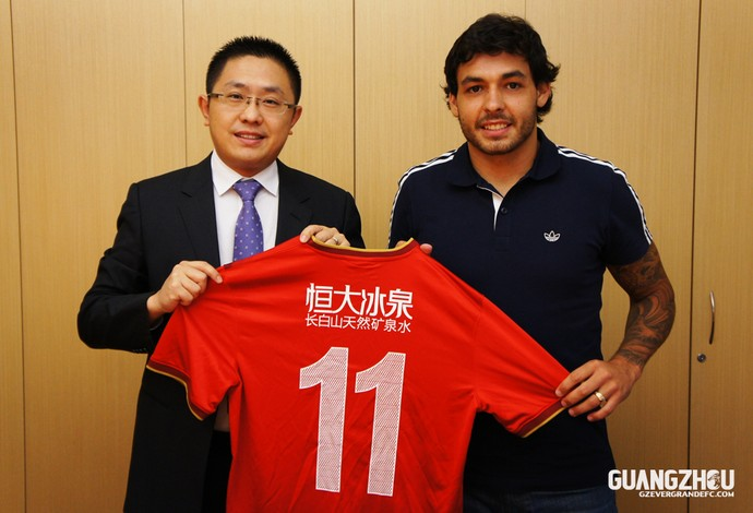Meia usará a camisa 11 na equipe  (Foto: Reprodução/Site Oficial)