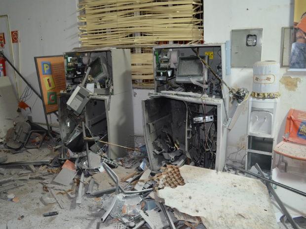Agência bancária ficou destruída após a explosão de caixas eletrônicos em Paulo Frontin (Foto: Valdir Wladyka/Rádio Studio W)