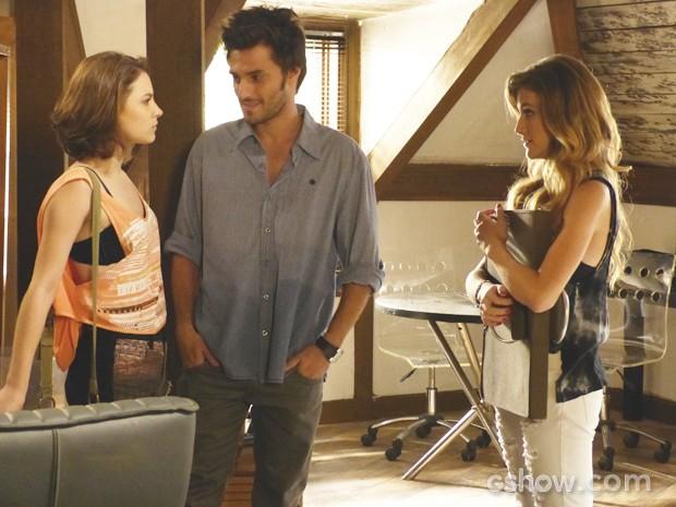 Micaela fica brava ao encontrar Martin e Sofia juntos  (Foto: Malhação / TV Globo)