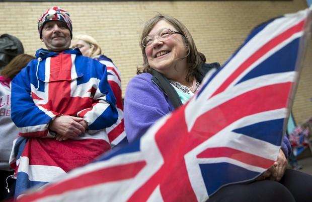 Fãs da família real esperam novidades na porta do hospital (Foto: Reuters)
