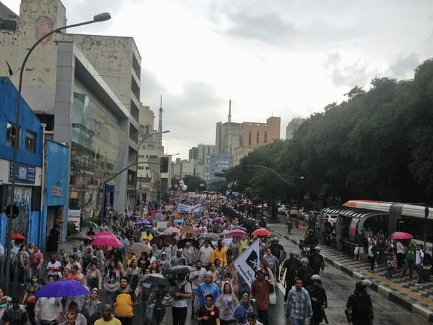 Professores caminham pela Rua da Consolação após assembleia que votou continuação da greve (Foto: Roney Domingos/G1)