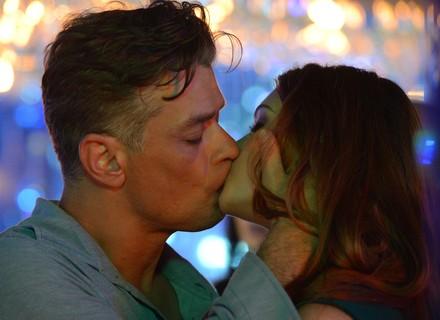 Arthur beija Eliza na hora da prova do concurso Garota TD+
