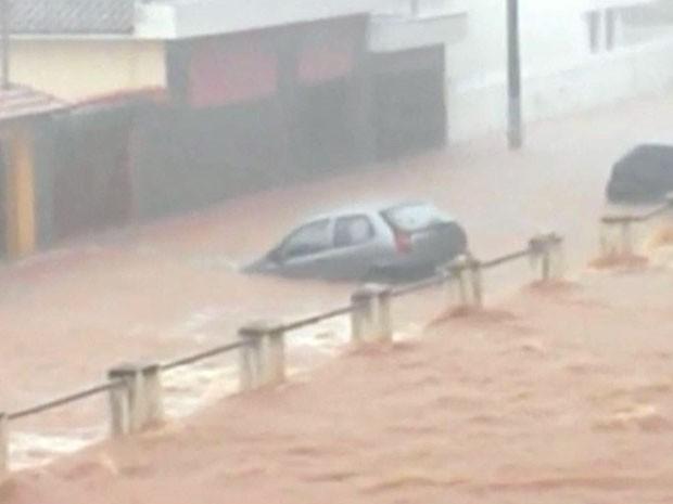 Força das águas arrastou carros em Pratápolis, MG (Foto: Yuri Reis da Silva)