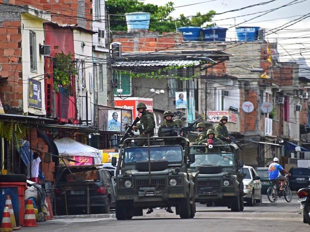 A dois dias da eleição, militares patrulham o complexo de favelas da Maré, no Rio de Janeiro, após pedido de reforço na segurança para o período eleitoral feito pelo secretário de Segurança, José Mariano Beltrame (Foto: Christophe Simon/AFP)