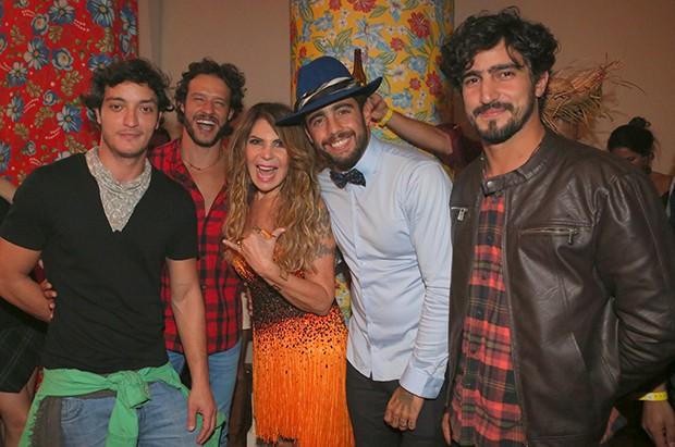 Allan Souza Lima, Nando Rodrigues, Elba Ramalho, Pedro Scooby e Renato Goes (Foto: Reginaldo Teixeira/CS Eventos Divulgação)