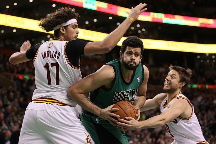 Anderson Varejão e Vitor Faverani, Cleveland Cavaliers x Boston Celtics (Foto: Getty)