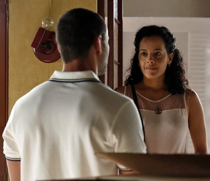 Domingas é surpreendida por César (Foto: Ellen Soares/ Gshow)