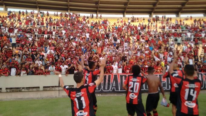 Jogadores do Moto Club comemoram vitória no Campeonato Maranhense (Foto: Afonso Diniz / GloboEsporte.com)